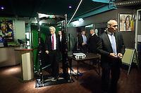 Nederland. Den Haag, 26 februari 2010.<br /> Partij voor de Vrijheid, PVV. Campagnebijeenkomst in een zaaltje Ockenburgh Active in het kader van de gemeenteraadsverkiezingen. In de pauze heeft Wilders een sigaretje gerookt, met beveiligers keert hij weer terug door een detectiepoortje. Politieke partij, aanhang, Geert WildersPolitiek, lokale politiek<br /> Foto Martijn Beekman