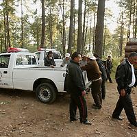 Villa de Allende, Méx.- Campesinos de la comunidad Mazahua de San Idelfonso que se oponen a la explotacion por parte de una empresa privada a quien le otorgo un permiso la SEMARNAT, retienen un camion cargado con troncos de madera enprotesta a que han sido afectados, ya que por la tala sin supervicion de las autoridades se seco el manantial de las canoas de donde se abastecian de agua. Agencia MVT / Mario Vazquez de la Torre. (DIGITAL)<br /> <br /> NO ARCHIVAR - NO ARCHIVE