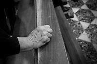 Processione nel cuore del centro storico di Lecce dei S. S. Cosma e Damiano. Le foto sono state scattate davanti e dentro la Chiesa di S. Teresa a Lecce. Chiesa di origine barocca venne costruita nel 1620 da Giuseppe Zimbalo. I due Santi, noti anche come Santi medici, sono ritenuti dalla tradizione due gemelli di origine araba. I due Santi, secondo le tre tradizioni e cioè quella Arabica, Asiatica e Romana, erano in grado di operare prodigiose guarigioni senza ricevere nulla in cambio. Da quì l'appellativo Anàrgiri ( dal greco Anargyroi, cioè senza denaro). Secondo molte fonti i due Santi subirono un atroce martirio. Alcune di queste narrano di lapidazione, crocifissione, affogati, trafitti con delle lance ed in fine decapitati. Da quì si dice che i S. S. Cosma e Damiano sono cinque volte martiri.