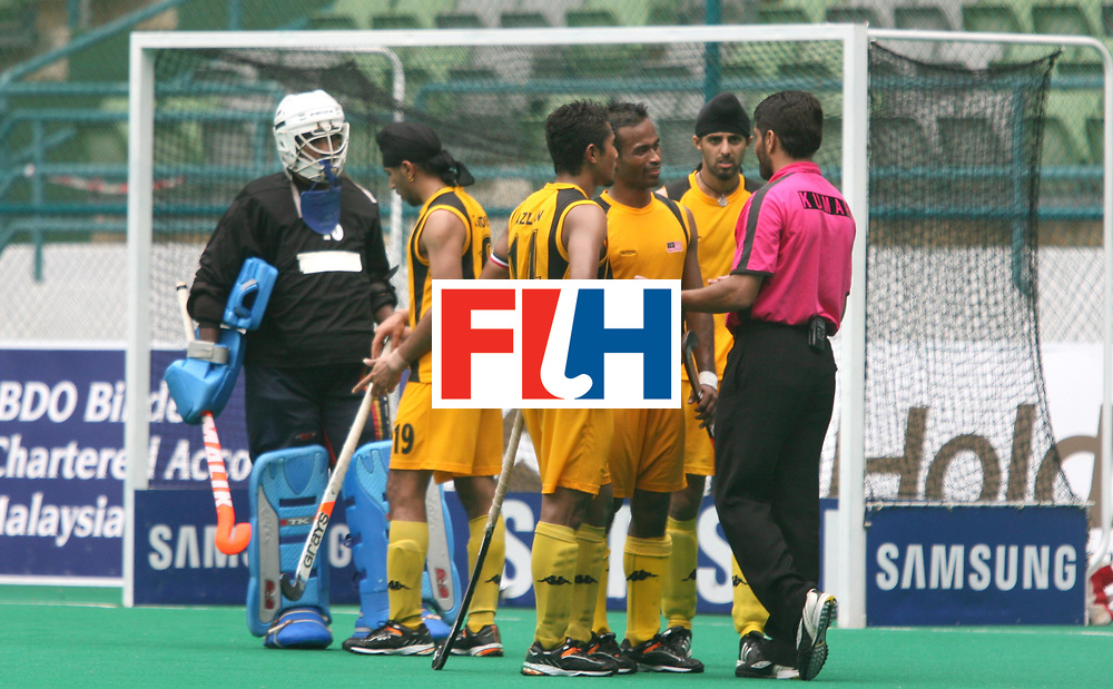 Kuala Lumpur :  Malaysian players seen questioning the umpire Satinder Kumar of India over the penalty corner which resulted in the golden goal in favour of Pakistan in  the Samsung Hockey Men Champions Trophy on 09 Dec 2007. Photo:GNN/Vino John