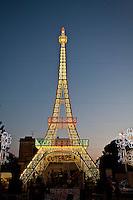 Festa di Santa Domenica a Scorrano, spettacolo delle luminarie. Per quattro giorni il comune salentino si trasforma nella capitale mondiale delle luminarie. Tre ditte specializzate riproducono i più importanti monumenti del mondo dando vita ad uno spettacolo unico. Nella foto riproduzione della torre Eiffel