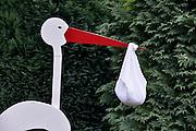 Nederland, Berg en Dal, 14-7-2014In een tuin staat een ooievaar met een zak aan de snavel ten teken dat hier een,kindje, baby geboren is.FOTO: FLIP FRANSSEN/ HOLLANDSE HOOGTE