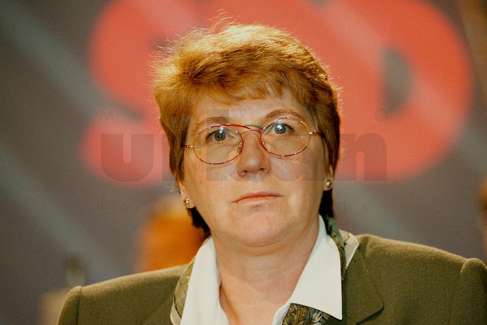 31 JAN 1998, GERMANY/DORTMUND:<br /> Vera Dedanwala, SPD, Mitglied im SPD Landesvorstand Nordrhein-Westfalen, auf dem Landesparteitag der SPD NRW<br /> IMAGE: 19980131-01/02-27