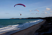 Tibau do Sul_RN, Brasil...Pratica de parapente na praia do Cacimbinha em Tibau do Sul, Rio Grande do Norte...Paragliding on the Cacimbinha beach in Tibau do Sul, Rio Grande do Norte...Foto: LEO DRUMOND / NITRO