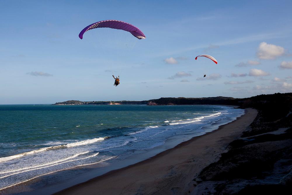 Tibau do Sul_RN, Brasil...Pratica de parapente na praia do Cacimbinha em Tibau do Sul, Rio Grande do Norte...Paragliding on the Cacimbinha beach in Tibau do Sul, Rio Grande do Norte...Foto: LEO DRUMOND / NITRO