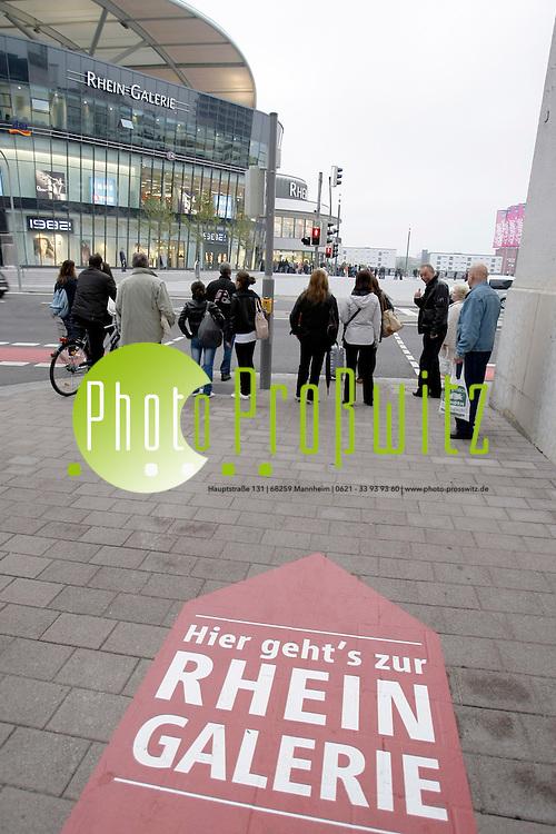 Ludwigshafen. Rhein Galerie. Groflprojekt auf dem  ehemaligen Zollhof Gel&permil;nde direkt am Rhein. Shopping Mall, Einkaufszentrum. ECE Planung und Projektierung.<br /> Er&circ;ffnungsgala und erster Er&circ;ffnungstag.<br /> <br /> Bild: Markus Proflwitz / masterpress /  <br /> <br />  *** Local Caption *** masterpress Mannheim - Pressefotoagentur<br /> Markus Proflwitz<br /> Hauptstrafle 131<br /> 68259 MANNHEIM<br /> +49 621 33 93 93 60<br /> info@masterpress.org<br /> Commerzbank<br /> BLZ 67080050 / KTO 0650687000<br /> DE221362249