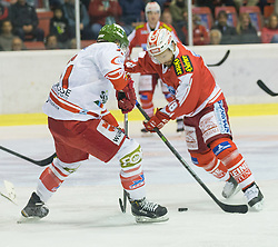 27.09.2015, Stadthalle, Klagenfurt, AUT, EBEL, EC KAC vs HCB Suedtirol, im Bild Hofer Roland (HCB Suedtirol #21), Thomas Koch (EC KAC, #18)// during the Erste Bank Eishockey League match betweeen EC KAC and HCB Suedtirol at the City Hall in Klagenfurt, Austria on 2015/09/27. EXPA Pictures © 2015, PhotoCredit: EXPA/ Gert Steinthaler