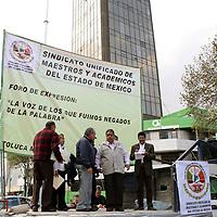 """Toluca,  México.-  Luis Zamora Calzada,  secretario general del SUMAEM durante el foro """"La Voz de los que fuimos negados de la palabra""""  en contra de la ley ISSEMyM.  Agencia MVT /  José Hernández"""