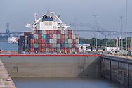 Puerto de barcos de contenedores del Canal de Panama.