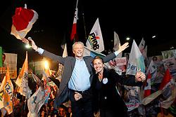 O candidato à reeleição pelo PDT em Porto Alegre, José Fortunati e a primeira dama Regina Becker durante o comício da vitória, no Largo Glênio Perez, em Porto Alegre. FOTO: Jefferson Bernardes/Preview.com