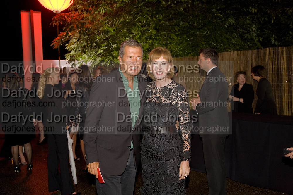 MARIO TESTINO; JULIA PEYTON-JONES, The Summer Party. Hosted by the Serpentine Gallery and CCC Moscow. Serpentine Gallery Pavilion designed by Frank Gehry. Kensington Gdns. London. 9 September 2008.  *** Local Caption *** -DO NOT ARCHIVE-© Copyright Photograph by Dafydd Jones. 248 Clapham Rd. London SW9 0PZ. Tel 0207 820 0771. www.dafjones.com.