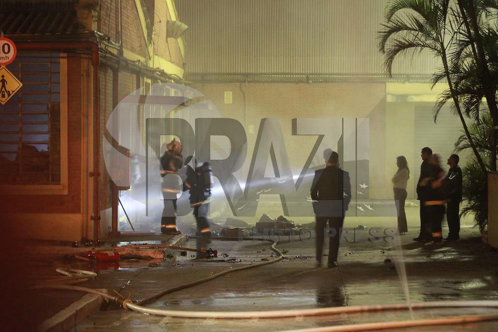 SAO PAULO, SP, 02-10-2014, INCENDIO. O galpão de produtos importados, pegou fogo na madrugada dessa quinta-feira (2), a empresa fica na Al.   Rubião Junior, no bairro da Mooca, ninguem ficou ferido.  Atenderam a ocorrencia  6 viaturas do Bombeiros. Luiz Guarnieri/ Brazil Photo Press.