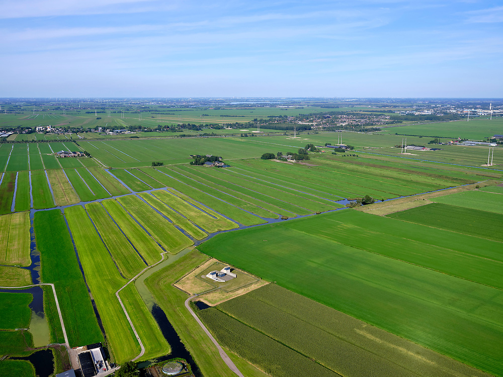 Nederland, Zuid-Holland, Bent, 4-09-2019. Polder Groenendijk, midden in het Groene Hart (ten Westen van Leiden). Boortunnel van de hogesnelheidslijn doorkruist dit gebied ondergronds, de gebouwen maken onderdeel uit van de zogenaamde vluchtschacht, de nooduitgang.<br /> The drill tunnel of the high-speed train (HST) runs through this underground area, the buildings are part of the so-called flight shaft, the emergency exit<br /> luchtfoto (toeslag op standard tarieven);<br /> aerial photo (additional fee required);<br /> copyright foto/photo Siebe Swart