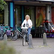 NLD/Huizen/20070807 - Anita Meyer gaat boodschappen doen op de fiets in Laren