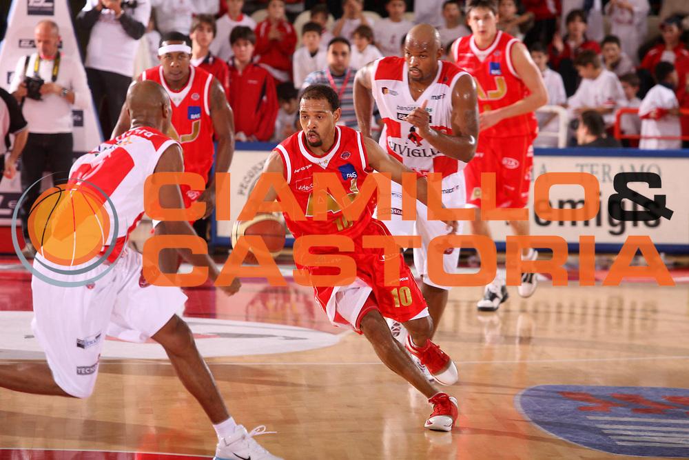 DESCRIZIONE : Teramo Lega A1 2006-07 Siviglia Wear Teramo Armani Jeans Milano <br /> GIOCATORE : Garris <br /> SQUADRA : Armani Jeans Milano <br /> EVENTO : Campionato Lega A1 2006-2007 <br /> GARA : Siviglia Wear Teramo Armani Jeans Milano <br /> DATA : 19/11/2006 <br /> CATEGORIA : Palleggio <br /> SPORT : Pallacanestro <br /> AUTORE : Agenzia Ciamillo-Castoria/G.Ciamillo