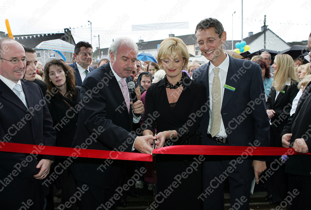 08/11/06<br />Marty Whelan cuts the ribbon with Kay and Paul Ryan at the official opening of the new Ryans Centra Store in Clonroadmore, Ennis on Wednesday.<br />Pic: Don Moloney / Press 22