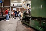 In de D:Dreamhall in Delft krijgen de atleten een rondleiding van het team. In september wil het Human Power Team Delft en Amsterdam, dat bestaat uit studenten van de TU Delft en de VU Amsterdam, tijdens de World Human Powered Speed Challenge in Nevada een poging doen het wereldrecord snelfietsen voor tandems te verbreken met de VeloX XT, een gestroomlijnde ligfiets. Het record staat sinds 2019 op 120,26 km/u<br /> <br /> In Delft he athletes meet the team for the first time. With the VeloX XT, a special recumbent bike, the Human Power Team Delft and Amsterdam, consisting of students of the TU Delft and the VU Amsterdam, also wants to set a new tandem world record cycling in September at the World Human Powered Speed Challenge in Nevada. The current speed record is 120,26 km/h, set in 2019.
