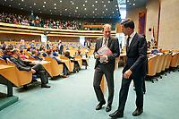 Den Haag, 19 juni 2018 -  Premier Mark Rutte en staatssecretaris Menno Snel van Financien verlaten de plenaire zaal tijdens het wekelijkse vragenuur in de Tweede Kamer. <br /> SP-fractievoorzitter Lilian Marijnissen heeft Rutte dinsdag naar het Vragenuur geroepen vanwege een afspraak tussen de Belastingdienst en Shell uit 2005. Het kabinet stuurde in eerste instantie staatssecretaris Menno Snel van Financi&euml;n naar de Tweede Kamer. Als politiek verantwoordelijke voor de Belastingdienst was hij de aangewezen persoon om tekst en uitleg te geven, vond Rutte. <br /> Maar bijna de voltallige oppositie stond erop dat de premier alsnog naar het parlement zou komen. <br /> Foto: Phil Nijhuis