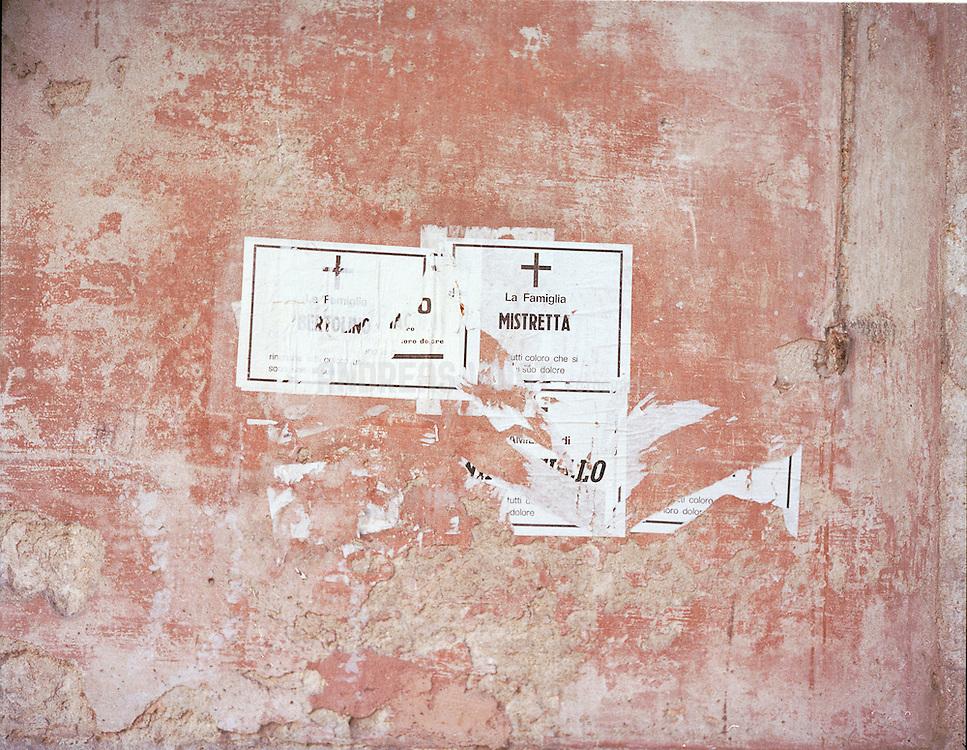 Wand mit Traueranzeigen in Palermo