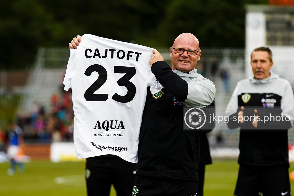 160528 Fotboll, Allsvenskan, J&ouml;nk&ouml;ping - Sundsvall<br /> Materialare Roger Wandeby h&aring;ller upp tr&ouml;jan som tillh&ouml;r den skadade m&aring;lvakten (23) Anton Cajtoft, J&ouml;nk&ouml;pings S&ouml;dra IF.<br /> &copy; Daniel Malmberg/Jkpg Sports Photo