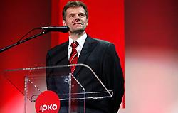 PRISTINA, KOSOVO - DECEMBER 14 - Bojan Dremelj, predsednik TS, govornik na gala otvoritvi  delovanja drugega mobilnega operaterja IPKO, ki je v 67% lasti Telekoma Slovenije. S klicem Antona Berishe je Dremelj uradno otvoril mobilno telefonijo operaterja IPKO.