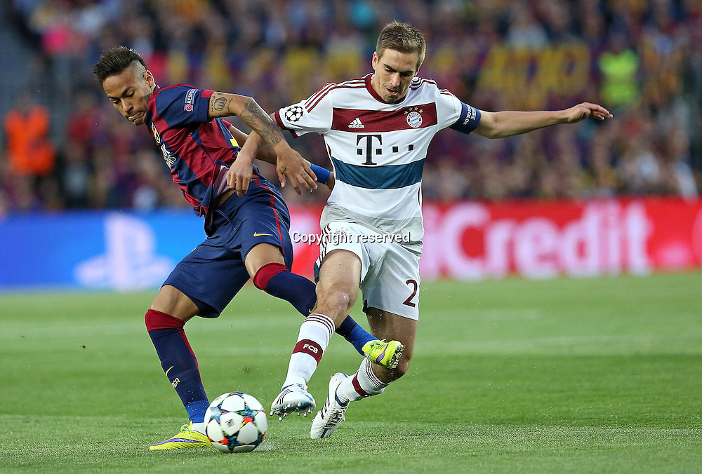06.05.2015. Nou Camp, Barcelona, Spain, UEFA Champions League semi-final. Barcelona versus Bayern Munich.  Neymar (FC Barcelona) loses out to Philipp Lahm (Bayern Munich)
