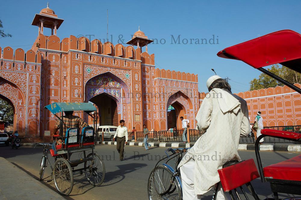 Inde, Rajasthan, Jaipur la ville rose, la Porte Sanganeri. // India, rajasthan, Jaipur the Pink City, Sanganeri Gate.