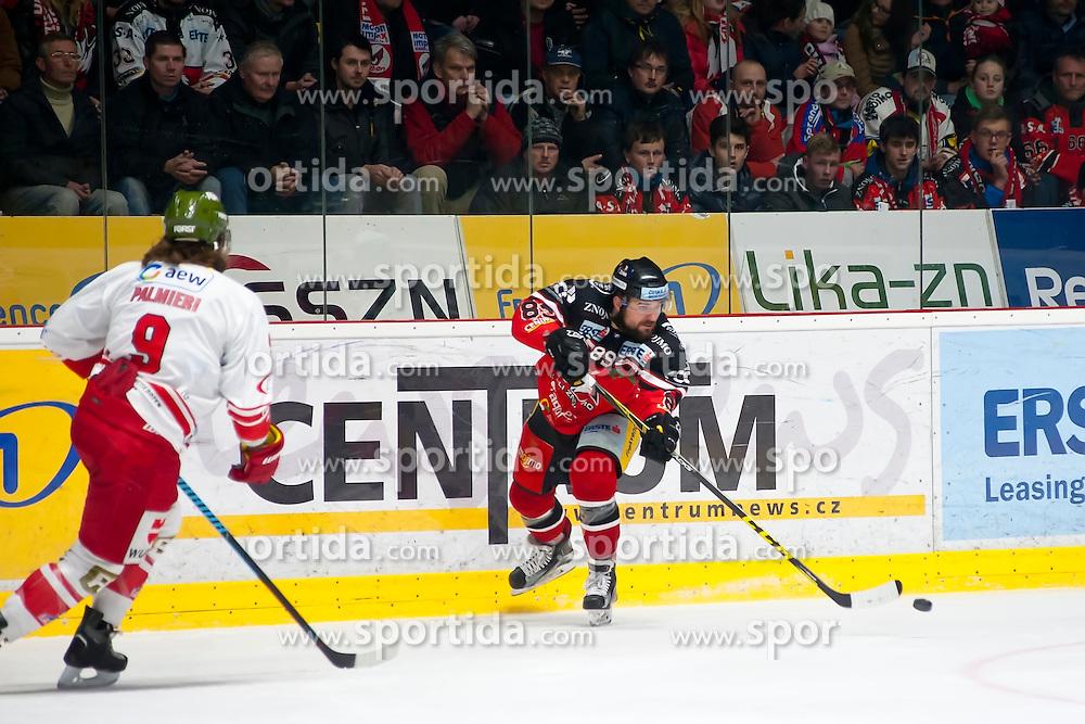 28.12.2015, Ice Rink, Znojmo, CZE, EBEL, HC Orli Znojmo vs HCB Suedtirol, 36. Runde, im Bild v.l. Nicholas Palmieri (HCB Sudtirol) Jan Lattner (HC Orli Znojmo) // during the Erste Bank Icehockey League 36nd round match between HC Orli Znojmo and HCB Suedtirol at the Ice Rink in Znojmo, Czech Republic on 2015/12/28. EXPA Pictures © 2015, PhotoCredit: EXPA/ Rostislav Pfeffer