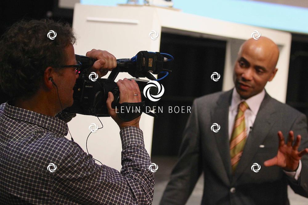 KERKDRIEL - In het Multifunctioneel centrum De Kreek is het jaarlijkse Business Event Bommelerwaard weer gehouden.  Met op de foto Tom Metz die Humberto Tan interviewd. FOTO LEVIN DEN BOER - PERSFOTO.NU