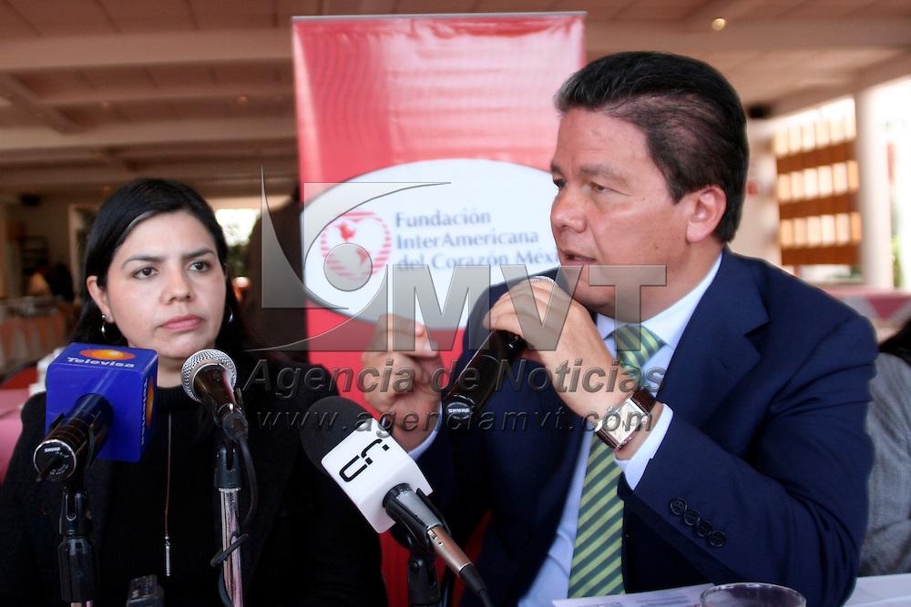 Toluca, Mex.- Domitilo Posadas Hernández, diputado local del PRD y Norma Ibañez, representante de la Fundación Interamericana del Corazón de México, presentaron una iniciativa de Ley de Protección contra la Exposición contra el Humo de Tabaco en espacios públicos abiertos concurridos, la cual retoma los lineamientos del ordenamiento federal que en la materia entró en vigor hace unas semanas. Agencia MVT / Luis Enrique Hernandez V. (DIGITAL)<br /> <br /> <br /> <br /> NO ARCHIVAR - NO ARCHIVE