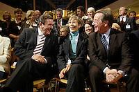 """21 NOV 2005, BERLIN/GERMANY:<br />  Gerhard Schoeder, SPD, scheidender Bundeskanzler, Ankepetra Muentefering, Ehefrau von Muentefering, Franz Muentefering, scheidender Fraktionsvorsitzender und desig. Bundesarbeitsminister, (v.L.n.R.), im Gespraech, zu Beginn der Veranstaltung """"Danke, Kanzler!"""" der SPD Bundestagsfraktion, am letzten Amtstag von Gerhard Schroeder als Bundeskanzler, Willy-Brandt-Haus<br /> IMAGE: 20051121-01-007<br /> KEYWORDS: Gerhard Schröder, Gespräch, lachen, lachend, freundlich, Franz Müntefering"""