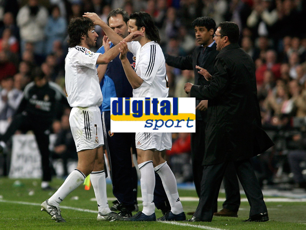 Fotball<br /> Spania 2004/05<br /> Real Madrid v Barcelona<br /> 10. april 2005<br /> Foto: Digitalsport<br /> NORWAY ONLY<br /> Real Madrid's Raul is replaced by teammate Santiago Solari