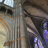 Looking up at the massive ceiling inside Notre Dame de Reims. <br /> <br /> The original ceiling did not survive the First World war, and that replacement did not survive the Second - it was rebuilt afterwards (each time) and now blends in nicely with the original walls.