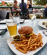 U.S.A., New Mexico. Las Cruces., Pecan Grill & Brewery. Famous Lava Burger (8 oz. beef, American und white cheddar cheeses, rosted green chile, garlic aioli + side choice), accompanied by chili beer.