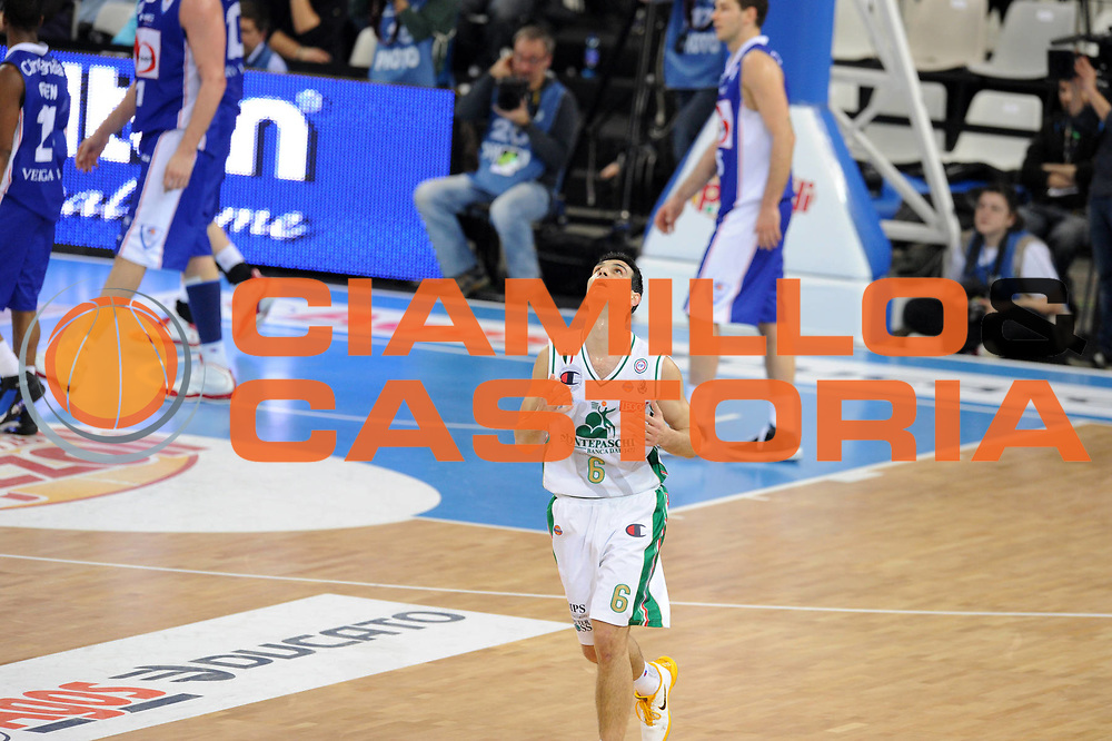 DESCRIZIONE : Torino Coppa Italia Final Eight Finale Montepaschi Siena Bennet Cantu <br /> GIOCATORE : Nikolaos Zisis<br /> SQUADRA : Montepaschi Siena Bennet Cantu<br /> EVENTO : Agos Ducato Basket Coppa Italia Final Eight 2011<br /> GARA : Montepaschi Siena Bennet Cantu<br /> DATA : 13/02/2011<br /> CATEGORIA : ESultanza<br /> SPORT : Pallacanestro<br /> AUTORE : Agenzia Ciamillo-Castoria/GiulioCiamillo<br /> Galleria : Final Eight Coppa Italia 2011<br /> Fotonotizia : Torino Coppa Italia Final Eight 2011 Quarti di Finale Montepaschi Siena Bennet Cantu <br /> Predefinita :