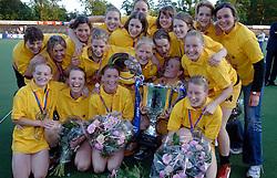 08-06-2005 HOCKEY: FINALE PLAYOFFS: AMSTERDAM-DEN BOSCH: AMSTERDAM<br /> De dames van Den Bosch hebben voor de achtste keer op rij de landstitel in de wacht gesleept. Na de 4-1 zege van zondag won Den Bosch in Amsterdam met 3-2. / Kampioensfoto met Schellekens; Van Kessel, Booij, Spruijt, Van Geel, Vorstenbosch, Schopman, Paumen, Goderie, Donners, Maassen, De Haas, Brugts en Dirkse van den Heuvel<br /> ©2005-WWW.FOTOHOOGENDOORN.NL