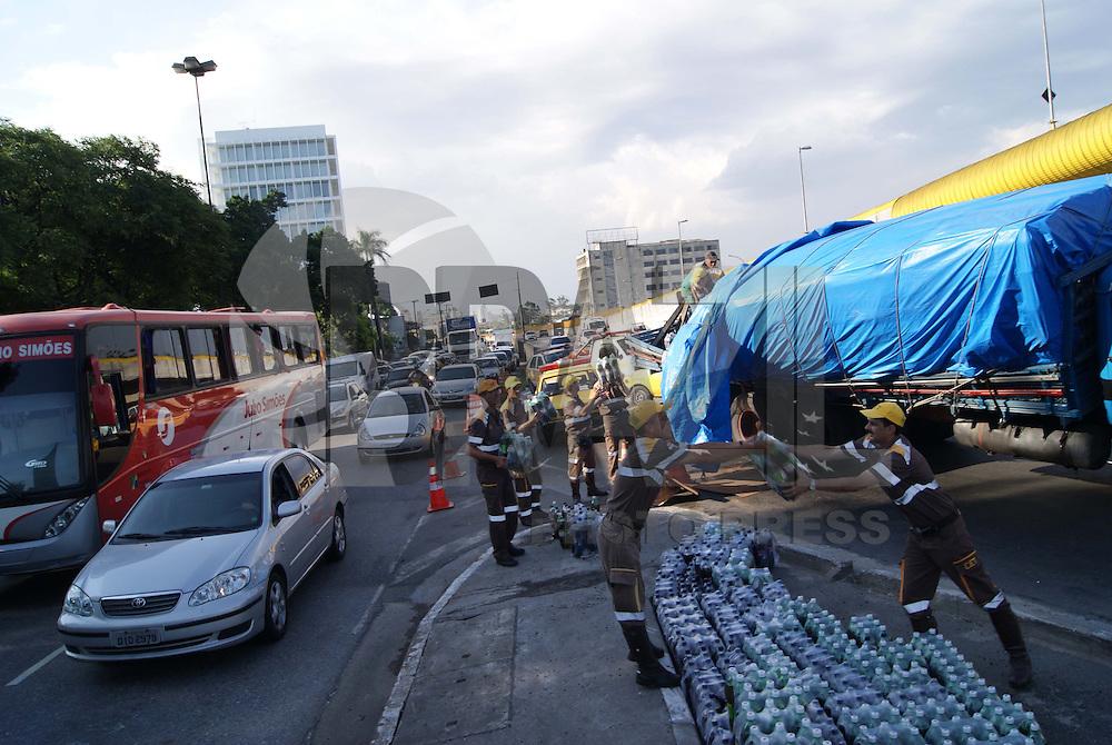 SÃO PAULO, SP, 22 DE DEZEMBRO 2009 - ACIDENTE CAMINHÃO DE BEBIDAS - Um caminhão que seguia pela Av. do Estado sentido bairro altura da Av. Dom Pedro, carregado de garrafas pet´s de refrigerantes acabou não aguentando o peso da carga em uma curva e envergou, deixando cair parte da carga, na foto agentes da CET ajudam a descarregar o veículo. FOTO: WILLIAM VOLCOV / BRAZIL PHOTO PRESS