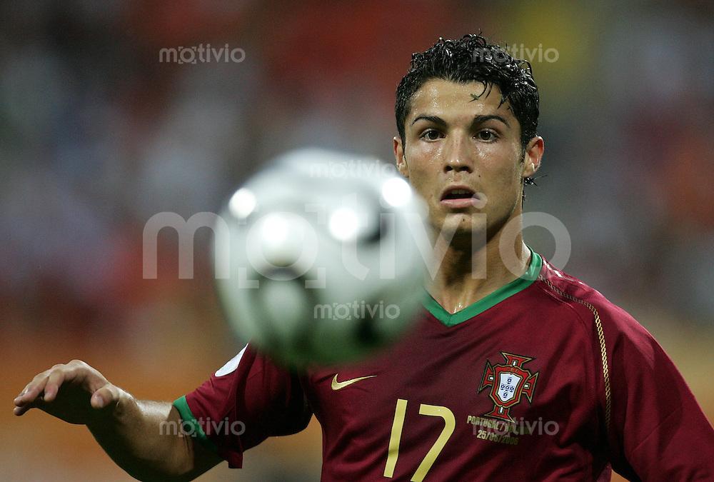 Fussball WM 2006  Achtefinale  Spiel 52 Portugal - Holland Portugal - Netherlands  Cristiano RONALDO (POR) am Ball.