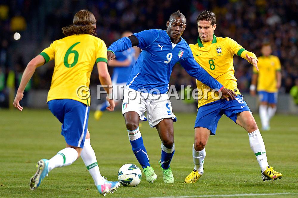 &copy; Filippo Alfero<br /> Italia vs Brasile - amichevole<br /> Ginevra, Svizzera, 21/03/2013<br /> sport calcio<br /> Nella foto: Mario Balotelli e Hernanes
