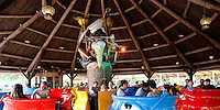 Kaatsheuvel, 21 mei 2016.<br /> Monsieur Cannibale is een theekopjesattractie in het Nederlandse attractiepark de Efteling in het themagebied Reizenrijk.<br /> <br /> Twaalf 'kookpotten' in de kleuren rood, geel en blauw draaien rond op het oorspronkelijke nummer Monsieur Cannibale. <br /> De attractie werd in 1988 geopend. Sinds 2002 is de attractie overdekt met een groot rieten dak, zodat Monsieur Cannibale ook bij slecht weer en in de winter kan functioneren. <br /> Er is enige kritiek op het vermeende racistische karakter van de decoraties.[3] De attractie heeft het eerste jaar zonder de kanibaal gedraaid, die pas in 1989 werd geplaatst. In 2014 schreef een journalist voor The Wall Street Journal een kritische reactie op Monsieur Cannibale en wees op de koloniale associaties.<br /> COPYRIGHT MARTIJN BEEKMAN