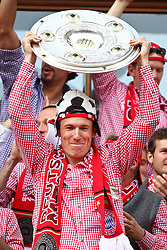 09.05.2010, Marienplatz, Muenchen, GER, 1. FBL, Meisterfeier der Bayern , im Bild  Arjen Robben (FC Bayern Nr.10) mit der Meisterschale, EXPA Pictures © 2010, PhotoCredit: EXPA/ nph/  Straubmeier / SPORTIDA PHOTO AGENCY