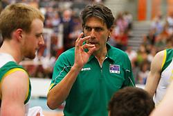 17-05-2012 VOLLEYBAL: OEFENWEDSTRIJD NEDERLAND - AUSTRALIE: TILBURG<br /> Coach Jon Uriarte of Australie doceert in een time-out<br /> ©2012-FotoHoogendoorn.nl / Pim Waslander