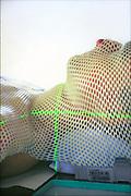 Nederland, Nijmegen, 20-5-2013NIET GEBRUIKEN BIJ ARTIKELEN OVER FRAUDE OF FOUTEN IN DE ZORG.Patient ligt klaar voor bestralingsbehandeling met een lineaire versneller op de afdeling radiotherapie van een ziekenhuis.  ('Patient' is medewerker afdeling.)Foto: Flip Franssen