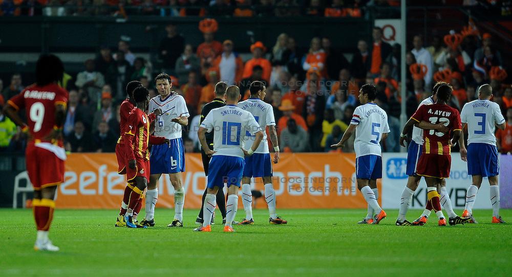 01-06-2010 VOETBAL: NEDERLAND - GHANA: ROTTERDAM<br /> Nederland wint vrij eenvoudig de oefenwedstrijd van Ghana / Discussie met oa Mark van Bommel<br /> &copy;2010-WWW.FOTOHOOGENDOORN.NL