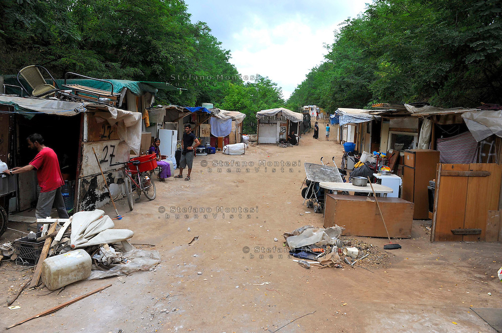 Roma 20 Giugno 2009.La Baraccopoli abitata da rom romeni in Via di Centocelle . Rom's camp  of via di Centocelle inhabited by  Romanian Romani.