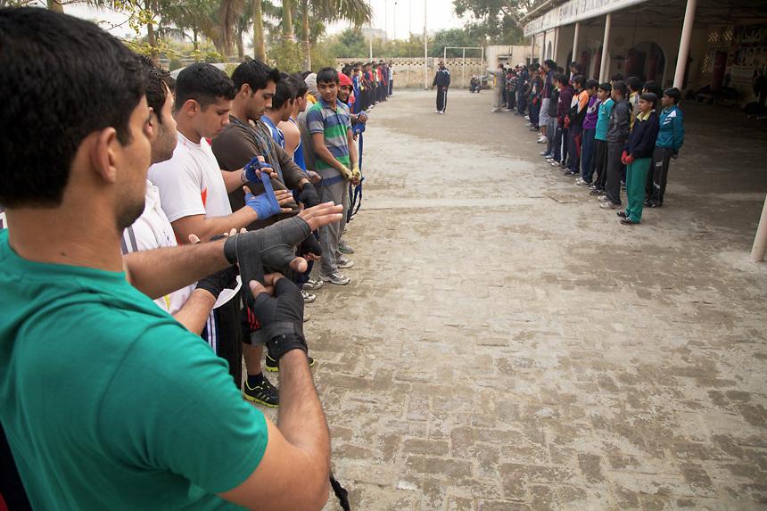 Les élèves de Bhiwani Boxing Club réunis dans la cour du complexe pour l'entraînement de l'après midi. Ils sont presque 130, dont entre 20 et 30 jeunne filles et une vingtaine des garçons entre 9 et 14 années