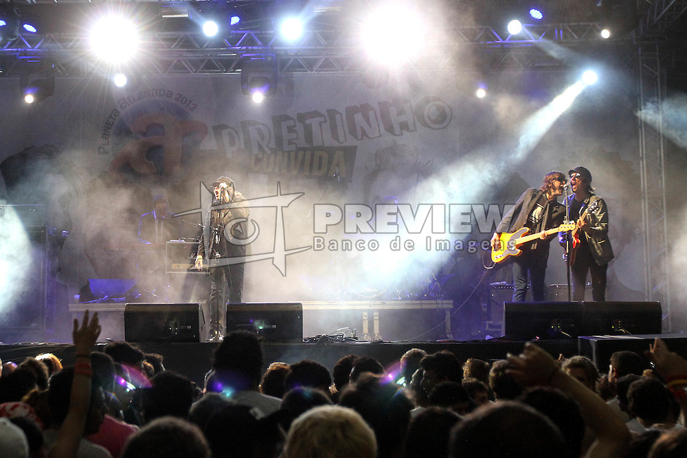 Show da banda Cachorro Grande no palco Pretinho Convida do Planeta Atlântida 2013/RS, que acontece nos dias 15 e 16 de fevereiro na SABA, em Atlântida. FOTO: Marcos Nagelstein/Preview.com
