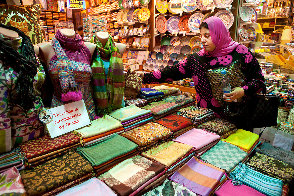 &laquo;&nbsp;This shop is recommended by Obama&nbsp;&raquo;, Istanbul, Turquie 2010.  <br /> <br /> Les souks et bazars turques regorgent de couleurs, d'odeurs et de d&eacute;tails insolites comme cet &eacute;criteau pos&eacute; l&agrave; par le commer&ccedil;ant, et cens&eacute; inciter les clients &agrave; acheter. Le pr&eacute;sident Obama &eacute;tait pass&eacute; dans le Bazaar Egyptien un mois auparavant.
