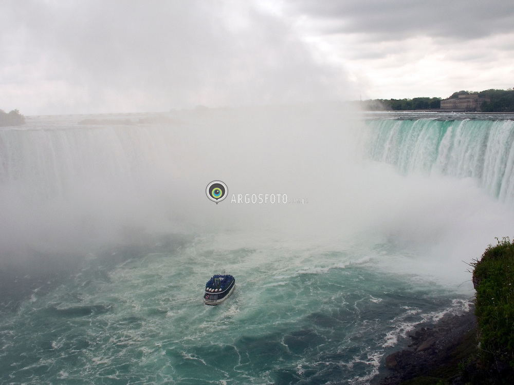 Niagara, ON, Canada   04/Junho/2005.Niagara Falls. Passeio turistico proximo as quedas dagua./ Touristic ride in Niagara Falls. Niagara Falls is a set of massive waterfalls located on the Niagara River in eastern North America, on the border between the United States and Canada..Foto Marcos Issa/Argosfoto