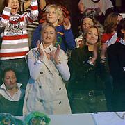NLD/Baarn/20070314 - 10de Live uitzending RTL Dancing on Ice 2007, Renate Verbaan en haar moeder op de tribune met bloemen